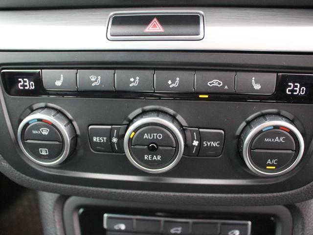 3ゾーンフルオートエアコンを装備。運転席助手席後席(二列目)でそれぞれお好みの温度に設定できます。