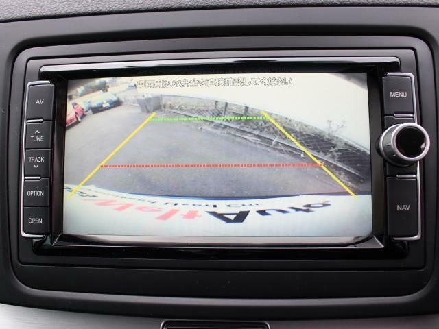 ギヤをリバースに入れると、リヤカメラが後方の映像を映し出します。車庫入れ時などに後方視界を画面で補助します。