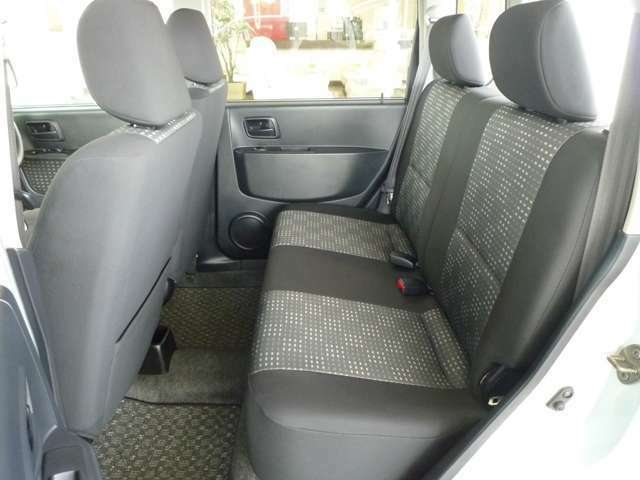 後席足元も充分なスペースがあります