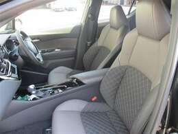 【フロントシート】 シート表皮は上級ファブリック(ブラック)+本革(ブラウン)です!内装は落ち着いた雰囲気で毎日乗っても飽きの来ないデザインとなっております。