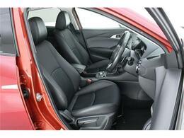 シートもワンランク上の【ハーフレザー】運転席にはヘッドアップディスプレイもついていますので、目的地までのガイドはもちろん、標識認識や車線逸脱などもお知らせしてくれますよ♪
