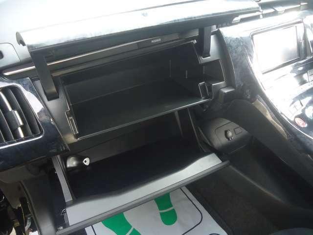 助手席前方に大容量の収納スペースがあります。ふたがついていますのでとてもすっきりしますね。