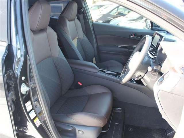 前席はホールド性の高いシート形状!長距離移動も疲れにくくなっています!
