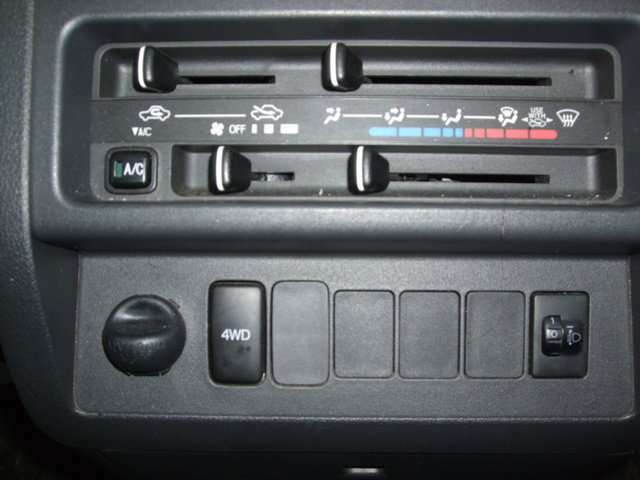 4WD切り替えスイッチ付です。