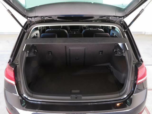 通常でも380Lの大容量を確保したラゲージルーム。後席の背もたれを倒せば、1,270Lもの広大なスペースが出現します。