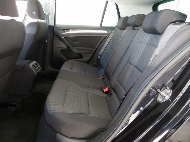後席も十分なレッグスペースを確保し、心地よい乗り心地を提供します。