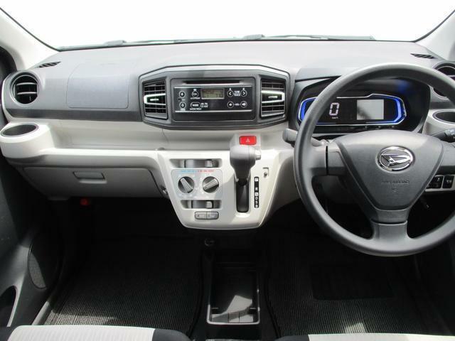 シンプルなデザインの運転席まわり☆前方左右の見切りがよく運転しやすいお車です♪