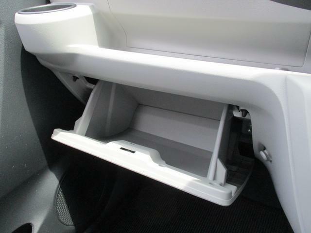 助手席前には、すぐに取り出せてしまえる実用的な収納スペースがあります☆
