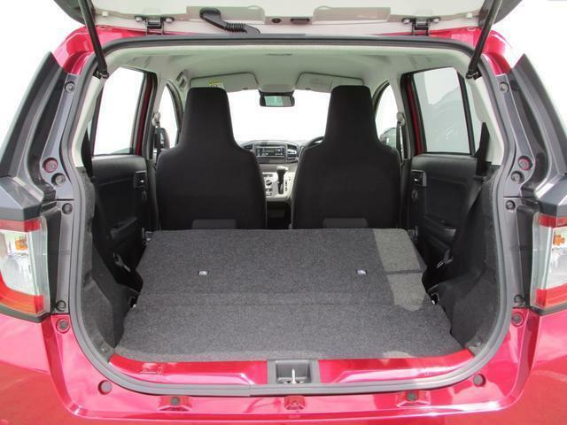 リヤシートの背もたれを倒すと、さらに大きな荷室スペースに早変わり☆