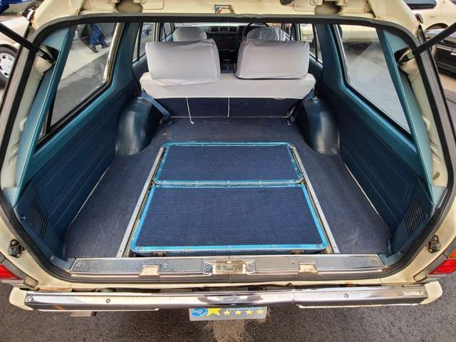 ★荷室が大きくてたっぷり荷物が積める♪床からシートも出てきて7人乗りになります♪
