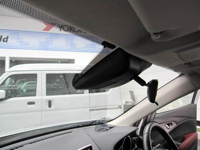 スマートシティブレーキ搭載で渋滞などでの低走行中、前方の車輛をレーザーレーダーが検知し、衝突を回避できないと判断した場合に、ブレーキが作動。追突などの危険を回避、または衝突の被害を軽減します