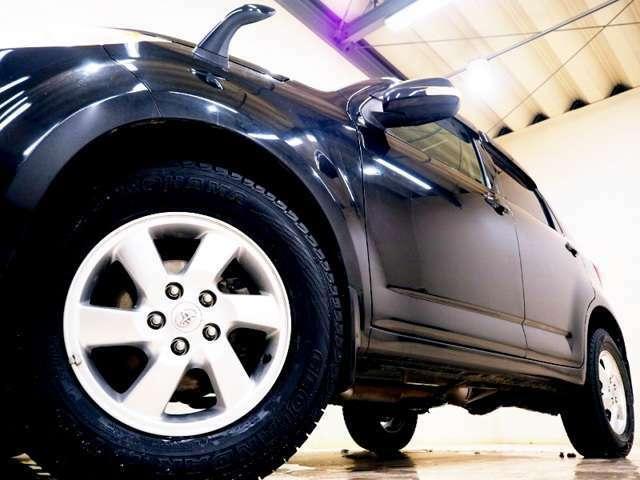 ホイルは16インチアルミホイルになります。タイヤは夏冬セットでお付けしますので、余計な出費もかさまず安心です。タイヤサイズ215-70-16。
