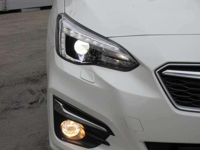 純正LEDヘッドライトユニット&純正フォグランプユニット搭載♪ 特徴的なコの字型LEDポジションランプ搭載です♪