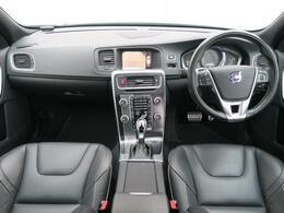 2018年モデルV60D4Rデザインが入荷♪オプションのサンルーフを装備!外装クリスタルホワイトパール、内装はRデザイン専用ブラックレザーシート♪低走行!内外装ともに綺麗な状態を維持しております♪