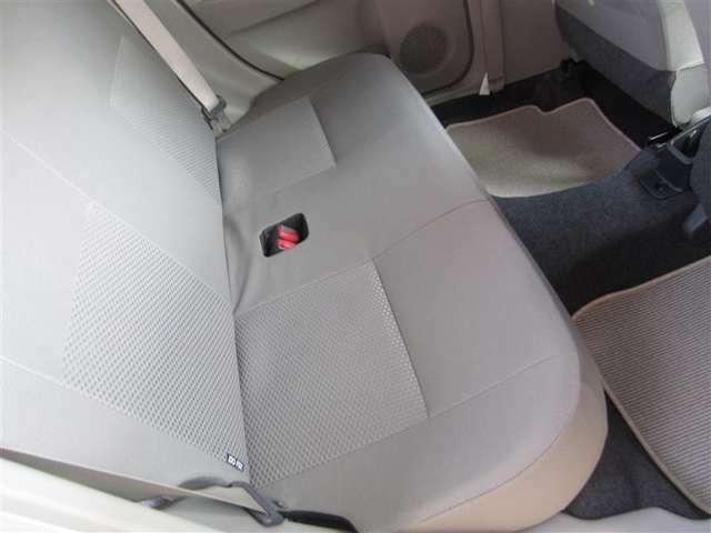 リヤシートの足元も広々!ゆったり座れます