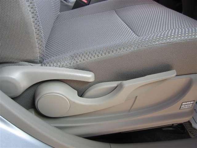運転席シートは上下機能付き