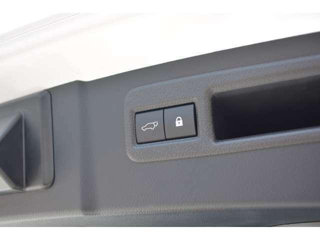 ■パワーバックドアが標準装備されておりますので、バックドアの開け閉めが楽々です。