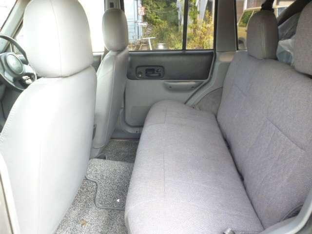 後部席は家庭用ソファーの様な座りここちです。