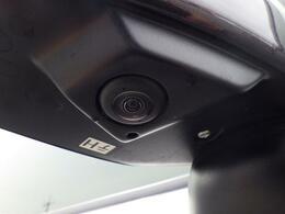 後ろのバックドアノブ、サイドミラー、フロントの4箇所に全方位カメラがついております。