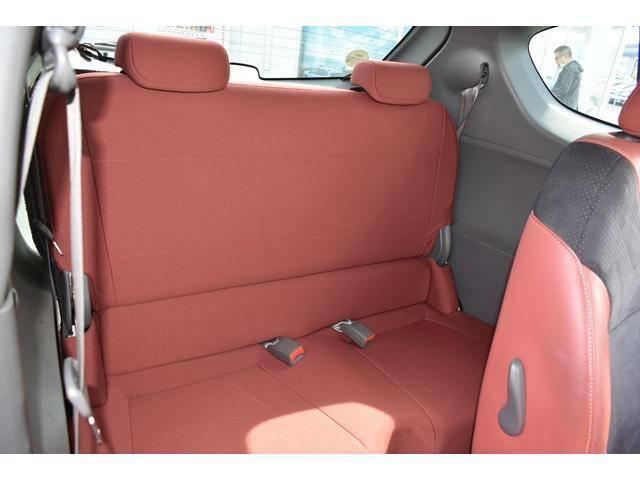 リヤシートもゆったりお過ごし頂けるスペースを確保しております♪