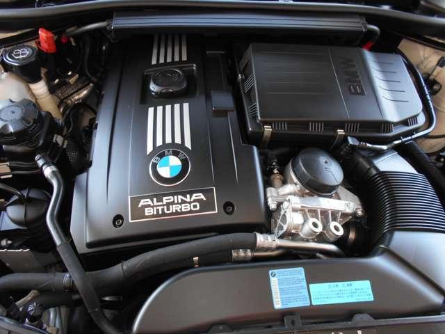 E90型335i用E/Gをベースとした3L直6DOHCツインターボエンジンを搭載して、スペックは370馬力、トルク51kgmを発生し、とてもゆとりの有るドライブを楽しめますよ。