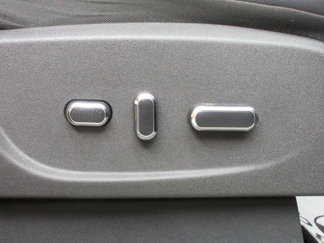 【電動リクライニング】細やかな調整ができ、体格を問わずベストポジションがとれ長距離ドライブも快適に。