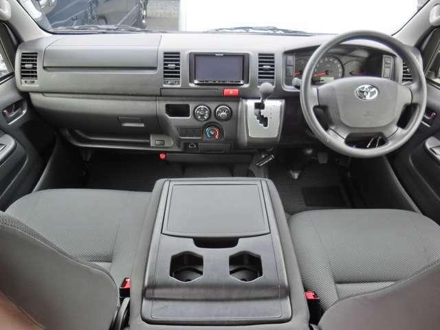 運転席エアバッグ/ABS/キーレス/イモビライザー/フロントエアコン/社外メモリーナビゲーション(NR-MZ20)/社外ETC車載器/社外フロアマットが装備されています。