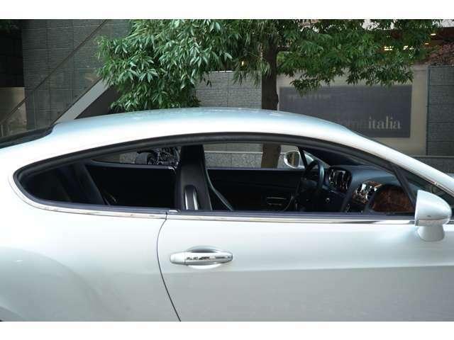 センターピラーレスのウインドウ周りは窓を全開にするととても開放感があります