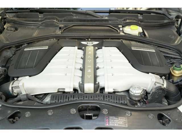 560馬力の出力を誇るW型12気筒6.0Lエンジン