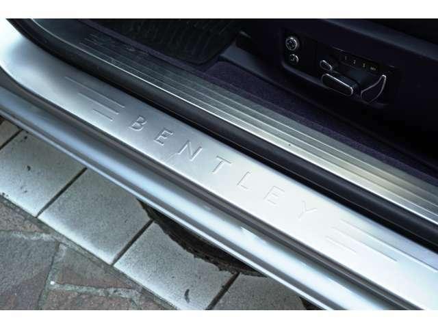 スカッフプレートにもベントレーの文字が刻印され、コストを掛けて製作された事が窺い知れます