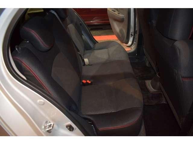 車は小さくても室内空間は十分です。後部座席も実用的で、お買い物や荷物の多い移動も難なくこなせます。