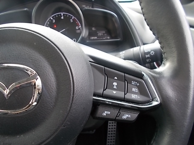 MRCC(マツダレーダークルーズコントロール)は先行車との車間を維持しながら追従走行を行い、長距離でのドライバー負担を軽減させてくれます。