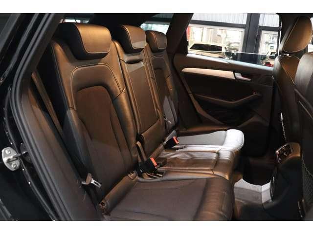 リアシートに大人が乗車しても十分なスペースが確保されています