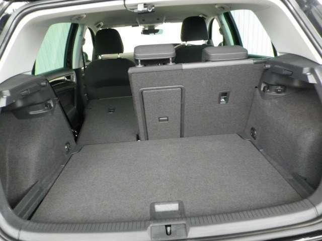 普段使いには十分な広さのラゲッジスペース!後席を倒せばより大きな荷物も載せられます!また、デッキボード下部には万が一に備えてスペアタイヤ&工具を搭載!