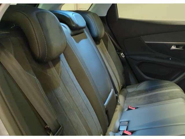 後部座席も3名無理なく座れるスペースを確保しております!