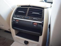 後部座席にもシートヒーターが装備され左右個別に3段階に温度調整が可能です。
