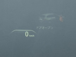 BMWヘッドアップ・ディスプレイは、現在の車速などのさまざまな情報をドライバーの視野内であるフロント・ウインドーに直接投影し、ドライビングに集中していただけます。