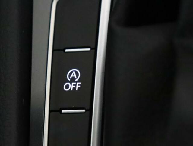 ★ブルーモーションテクノロジーはアイドリングストップ技術無駄なく燃費を向上するシステムです。ブレーキペダルを踏み続けると自動的にエンジンが停止し、ブレーキペダルから足を離せばスムーズに再始動します。