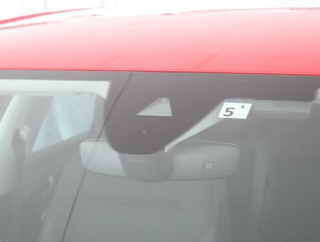 """★オートライトシステムはフロントウィンドーの上部センサーで車外の明るさを感知します。""""オート""""を選択しておけば、自動でヘッドライトの点灯消灯を制御します。"""