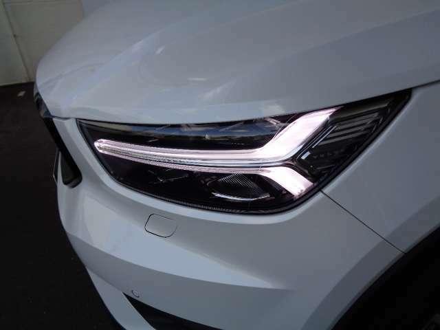 北欧神話に登場する「トールハンマー」をモチーフにしたデイライトランニングライト内蔵LEDヘッドライト。アクティブベンディング機能や、アクティブハイビーム機構と相まって、昼夜の安全なドライブが可能です。
