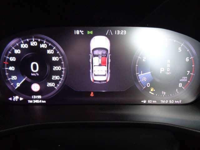 高解像度のデジタル液晶ドライバー・ディスプレイ。走行中に必要な情報をわかりやすく表示してくれます。また、車外から差し込む光に応じて輝度を自動調整してくれるので車内が暗くても、見易さは変わりません。