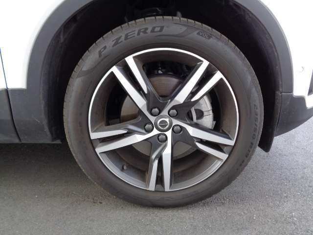 XC40の強烈なパワーを余すところなく四輪で地面に伝える限定専用19インチアルミホイールと、235/50R19サイズのラジアルタイヤ。適度なグリップと上質な乗り心地を提供してくれます。