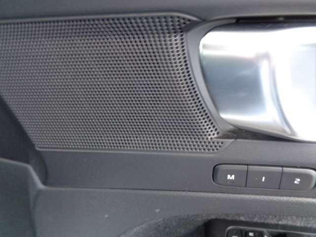 2人分のシートポジションとミラーの角度を記憶するメモリー機能スイッチ。ご主人、奥様などのポジションを記憶してくれるので、ドライブ途中の交代の時など、とても便利ですよ。