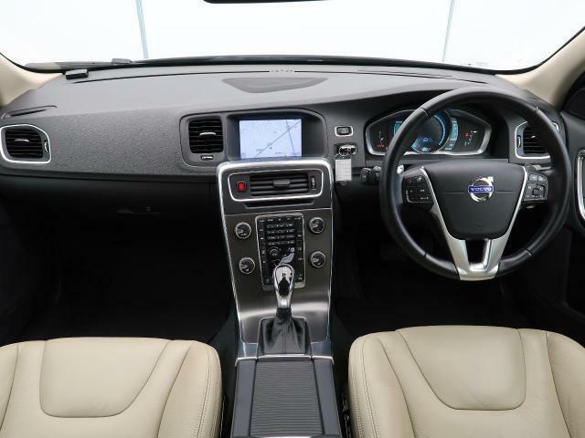 2014年モデルS60 T4 SE入庫しました!人気のクリスタルホワイトパールです!安全装備はもちろん、レザーシートやクルーズコントロール、パワーシートなど快適装備も充実しております!