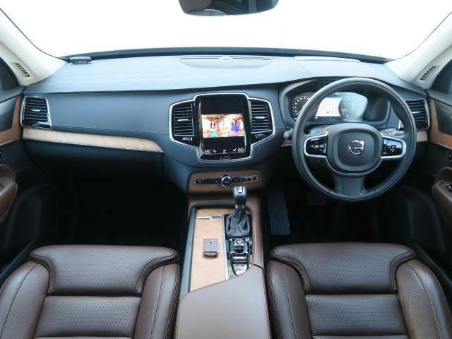 当社デモカーアップ車輌!上級グレードXC90T6AWDインスクリプションが入庫!!人気のパイングレーメタリック、内装にはマルーンブラウンを使用し、高級感漂う1台です。