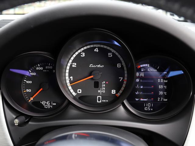 3連丸型メーターパネルは中央にレブカウンターを配置し、横に4.6インチカラースクリーンで車両の重要情報を確認できます。