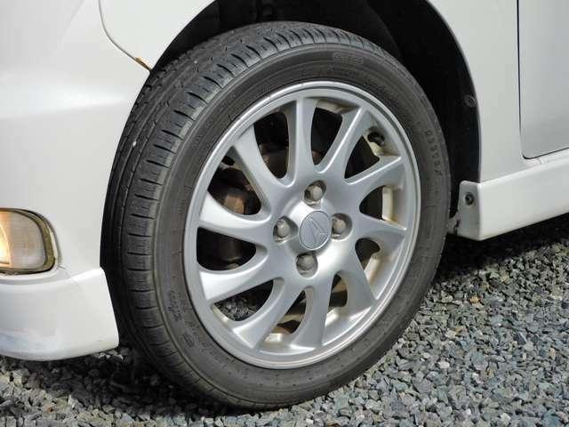 純正15インチアルミです。タイヤの溝も十分に残ってます。