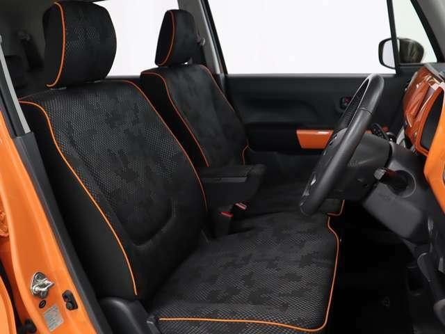 ベンチシートは左右の広がりを演出し、シートの縁をオレンジ色でコーディネート処理しています