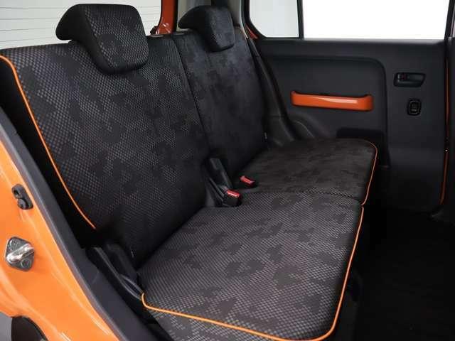 リアシートは軽自動車とは言えども大人がしっかりと座れるスペースを確保