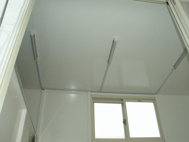 LED照明付き。こちらのシェルター天井には断熱材を入れてあります。